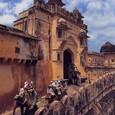アンペール城へ象に跨り登城。
