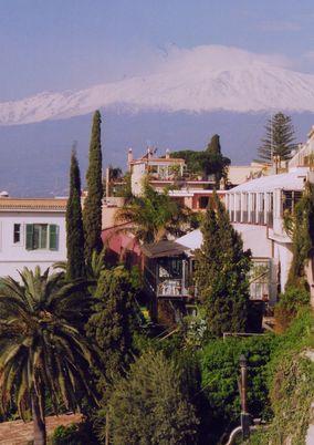 イオニア海に聳えるエトナ山