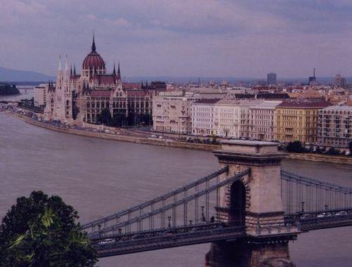 くさり橋と国会議事堂